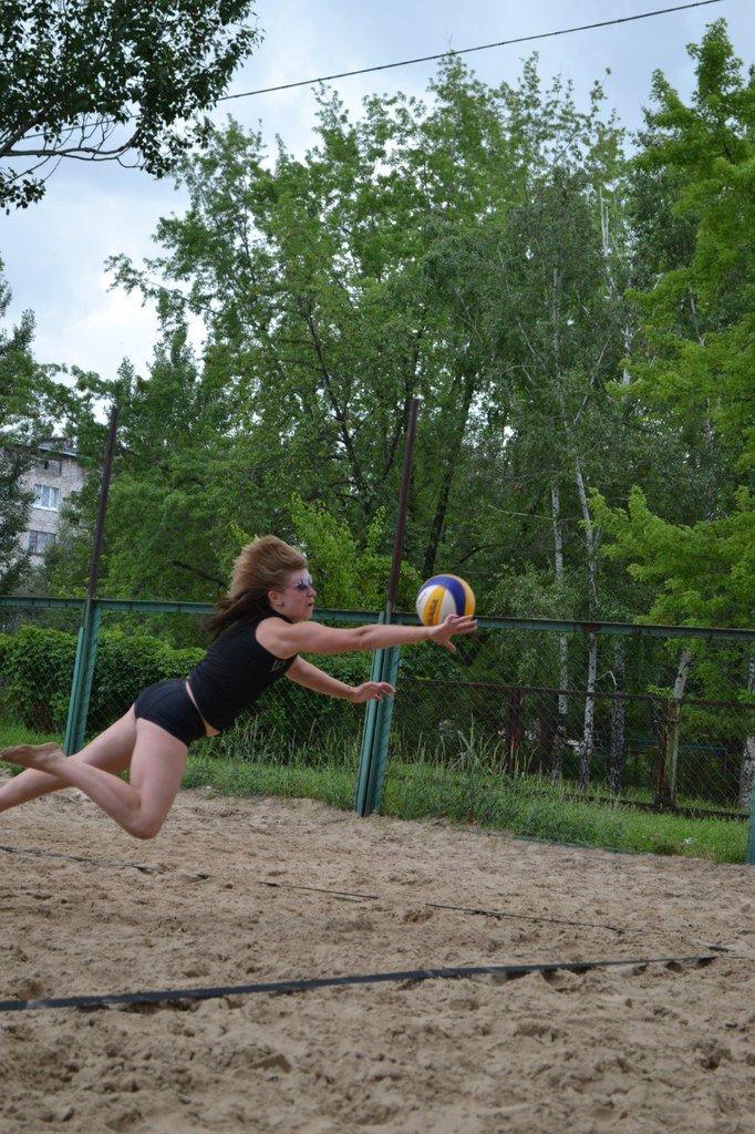Турнир по пляжному волейболу в Димитрове прошел весело и интересно (фото) - фото 1