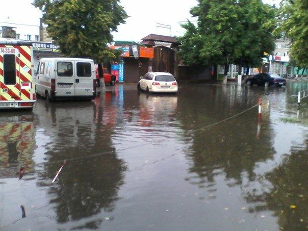 Ливень затопил центр Кременчуга. В магазине АТБ потоп прямо в торговом зале (фото) - фото 1