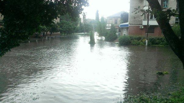 Ливень затопил центр Кременчуга. В магазине АТБ потоп прямо в торговом зале (фото) - фото 3