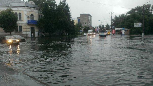Ливень затопил центр Кременчуга. В магазине АТБ потоп прямо в торговом зале (фото) - фото 2