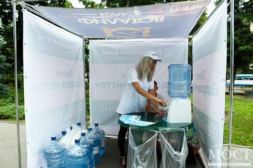 В Днепропетровске открыли пункты раздачи бесплатной воды (фото) - фото 1