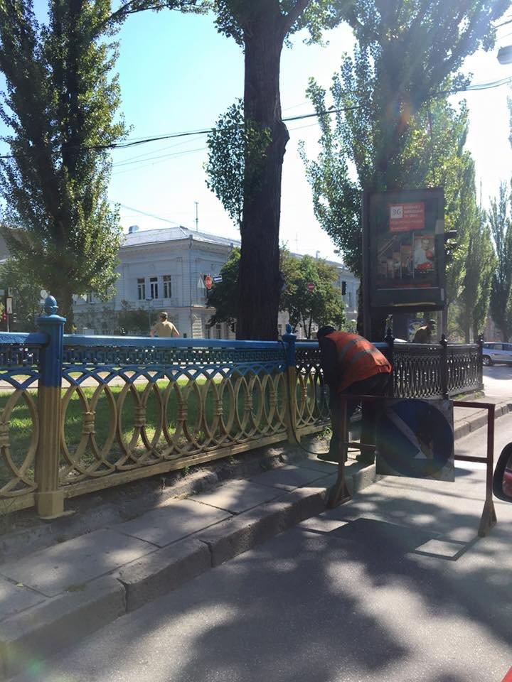 В Киеве патриотичный забор на бульваре Шевченко перекрашивают в черный (ФОТОФАКТ) (фото) - фото 1