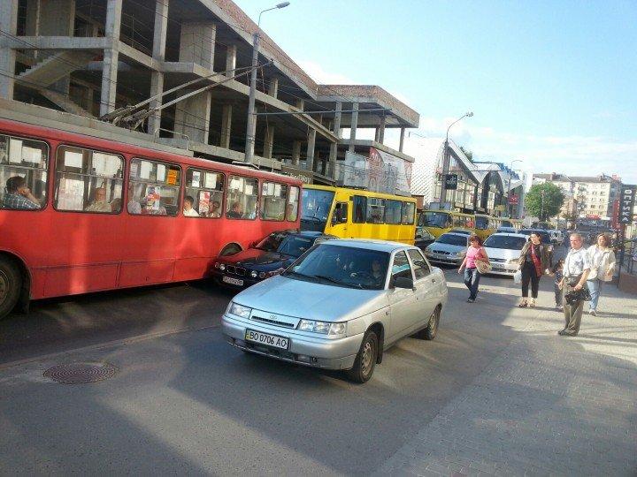 У Тернополі водій припаркував авто посеред… дороги.  Утворився довжелезний затор (фото) (фото) - фото 1