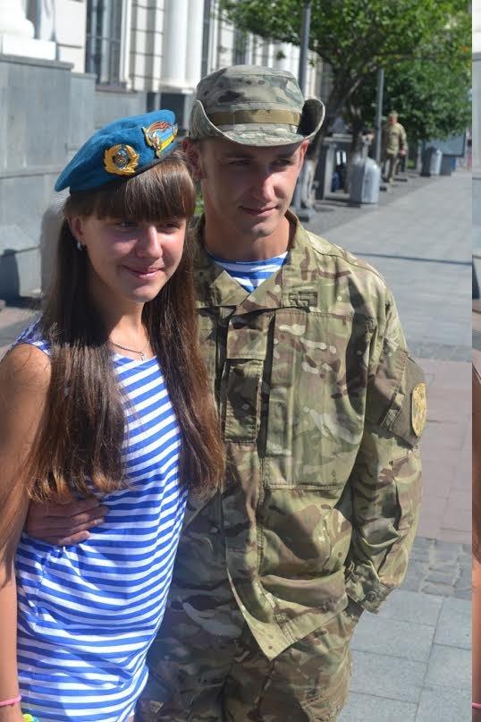 Львів'яни зустріли своїх героїв: з передової до Львова повернулися 200 військовослужбовців (ФОТО) (фото) - фото 1