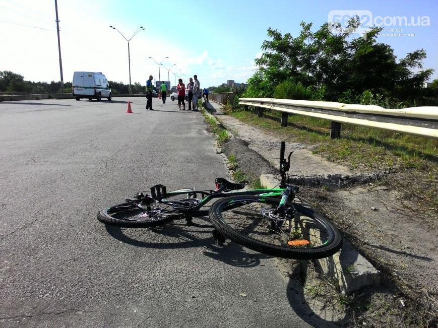 В Днепродзержинске на новом мосту сбили велосипедиста: пострадавшего забрала «скорая» (фото) - фото 1