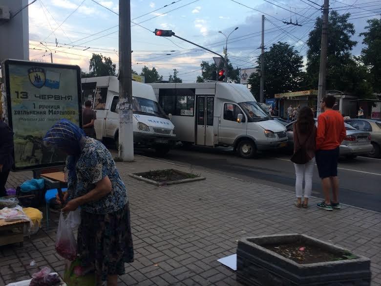 Шок!На перекрестке в центре Мариуполя пешеход ударил водителя маршрутки (Фотофакт) (фото) - фото 1