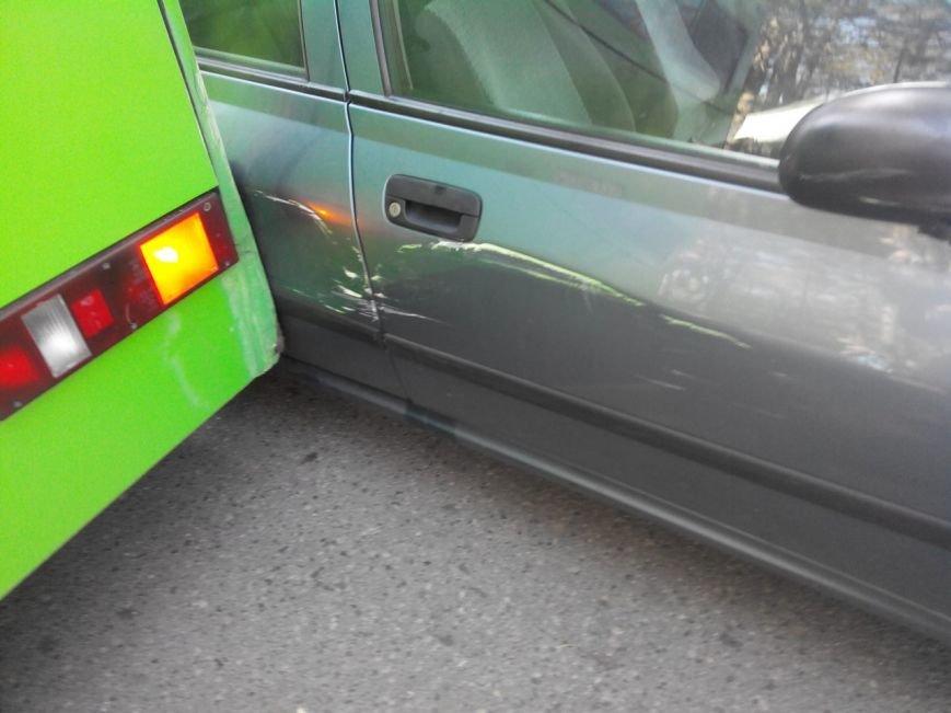 Фотофакт: на озере Юбилейном в Гродно автобус задел припаркованный автомобиль (фото) - фото 2
