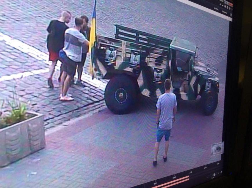 В Киеве новые патрульные вернули на место 3-тонный музейный экспонат (ФОТО) (фото) - фото 1