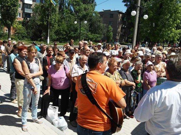 Авдеевцам раздали бесплатный хлеб и показали концерт, фото-2