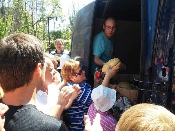 Авдеевцам раздали бесплатный хлеб и показали концерт (фото) - фото 1