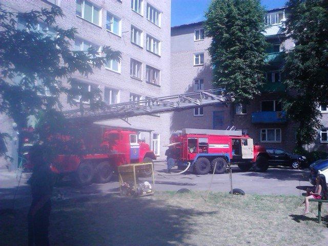 На ул. Советских пограничников спасатели достали из горящей квартиры мужчину (фото) - фото 1