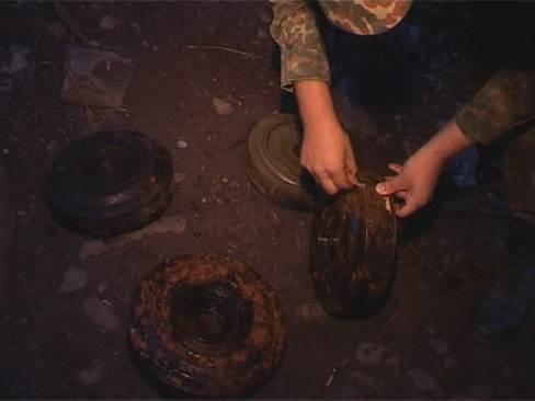 На Днепропетровщине нашли подводный тайник с противотанковыми минами (фото) - фото 3