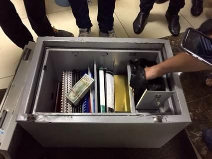У топ-чиновников прокуратуры изъяли около 0 тыс., драгоценности и оружие (фото) - фото 11