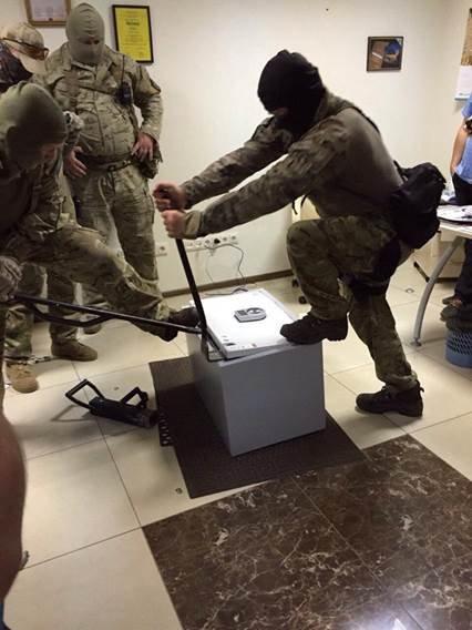 У топ-чиновников прокуратуры изъяли около 0 тыс., драгоценности и оружие (фото) - фото 3