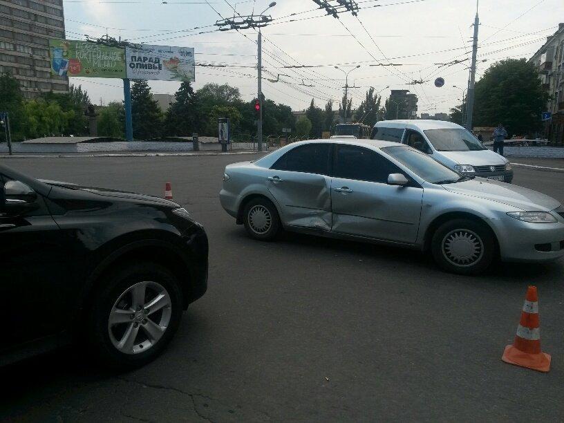 Центральный перекресток Мариуполя не поделили две иномарки (ФОТО), фото-2