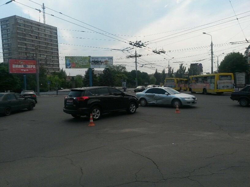 Центральный перекресток Мариуполя не поделили две иномарки (ФОТО), фото-1