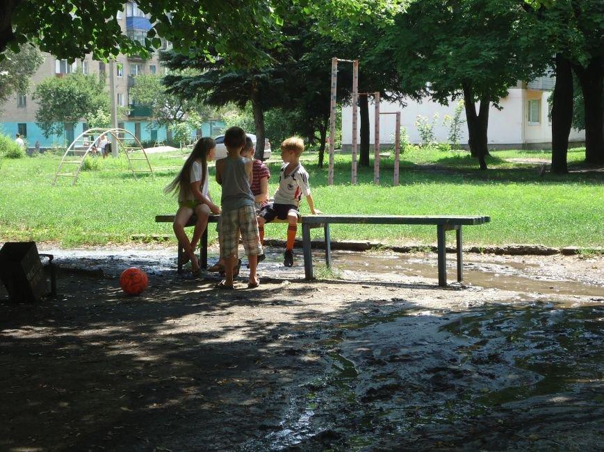 Аварийная детская площадка: где играют дети микрорайона «Западный» в Димитрове? (фото) - фото 1