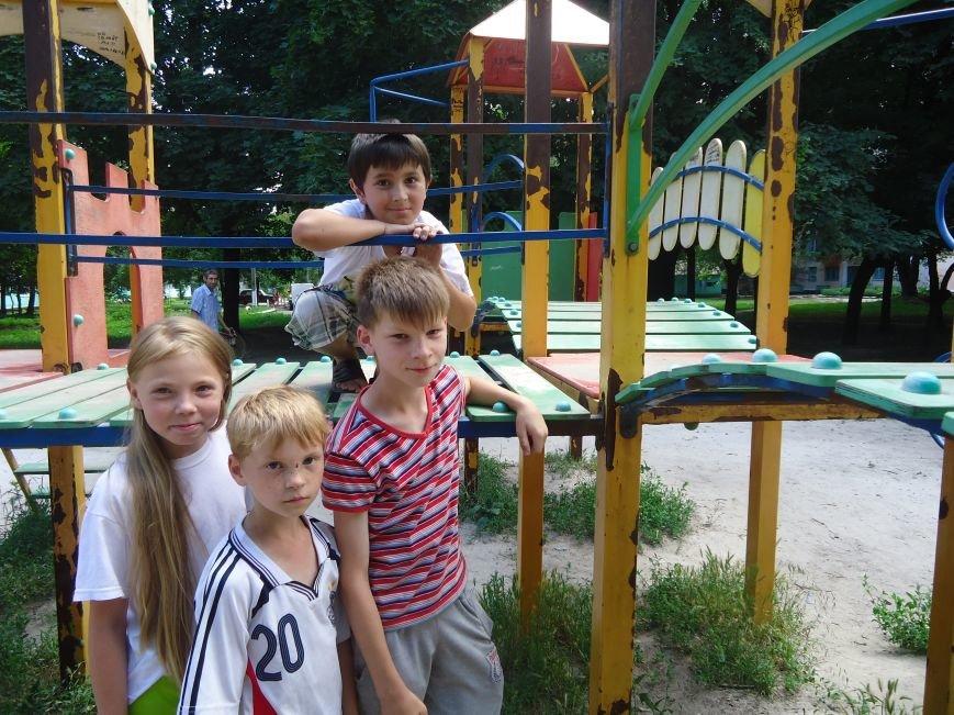 Аварийная детская площадка: где играют дети микрорайона «Западный» в Димитрове? (фото) - фото 6