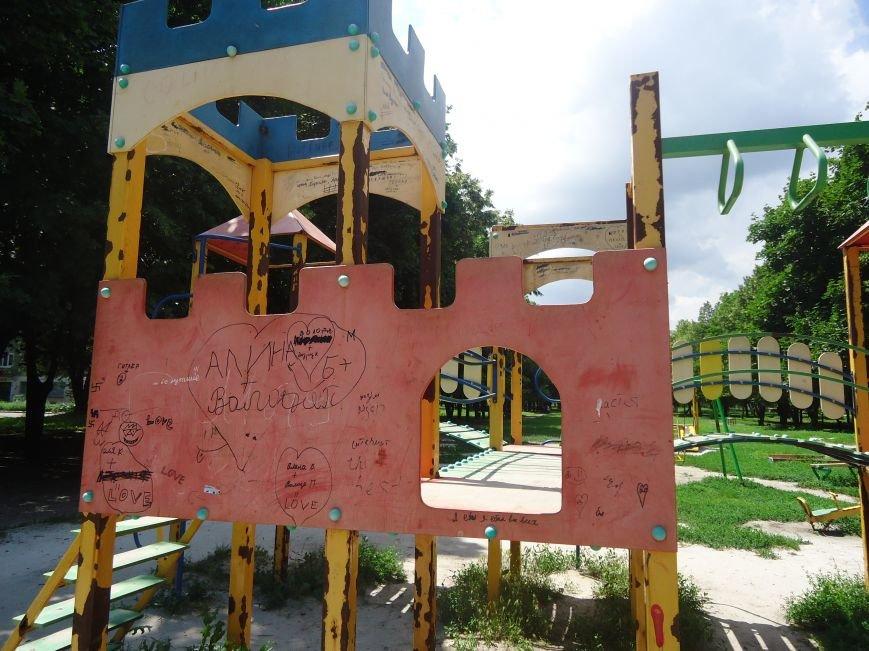 Аварийная детская площадка: где играют дети микрорайона «Западный» в Димитрове? (фото) - фото 3
