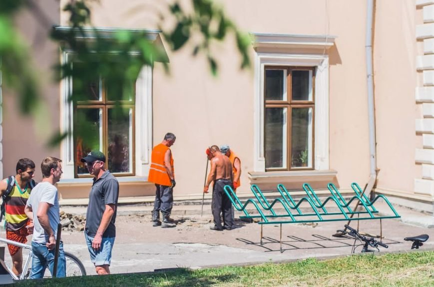 Біля тернопільського замку з'явилася велопарковка (фото) - фото 1
