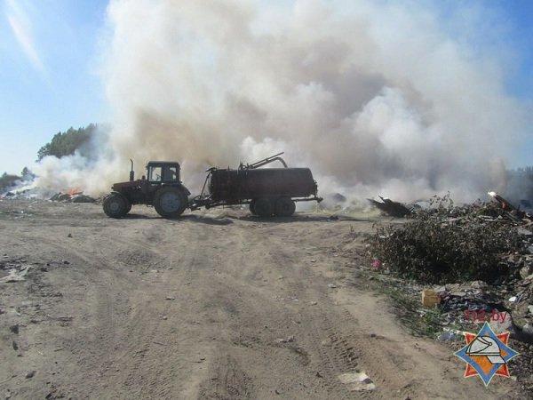 На выходных гродненские спасатели дважды тушили мусорные полигоны (фото) - фото 2