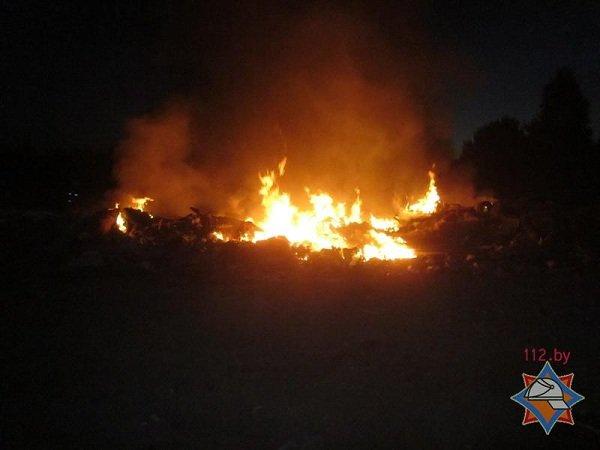 На выходных гродненские спасатели дважды тушили мусорные полигоны (фото) - фото 7
