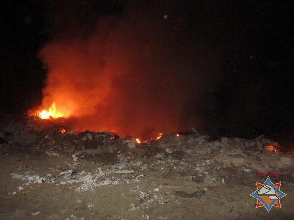 На выходных гродненские спасатели дважды тушили мусорные полигоны (фото) - фото 4