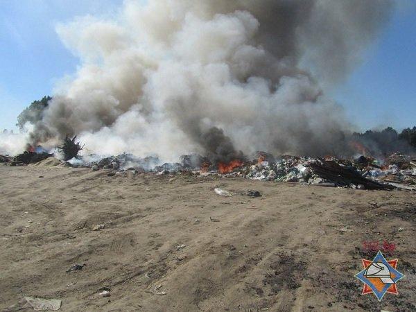 На выходных гродненские спасатели дважды тушили мусорные полигоны (фото) - фото 3