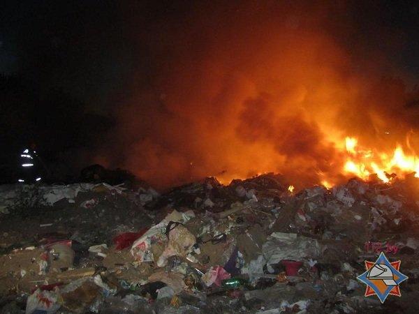 На выходных гродненские спасатели дважды тушили мусорные полигоны (фото) - фото 6