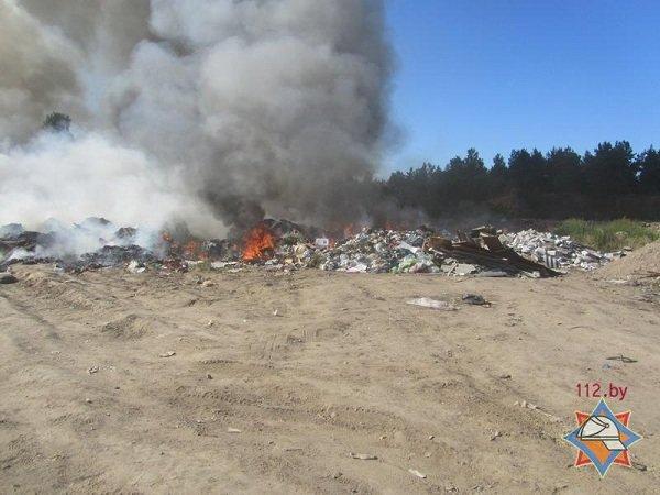 На выходных гродненские спасатели дважды тушили мусорные полигоны (фото) - фото 1