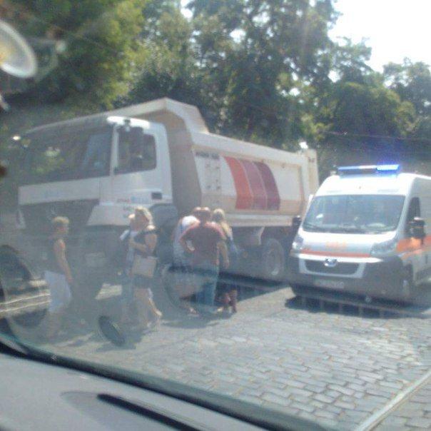 У Львові водій вантажівки збив літню жінку, яка переходила дорогу (ФОТО) (фото) - фото 1