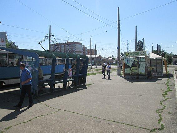 Николаевцев не на шутку перепугала подозрительная коробка на остановке (ФОТОФАКТ) (фото) - фото 1