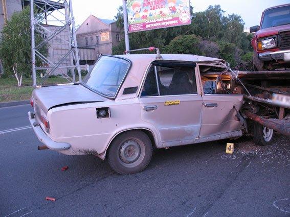 В Харькове пьяный на ВАЗе врезался в эвакуатор: погиб пассажир (ФОТО) (фото) - фото 1