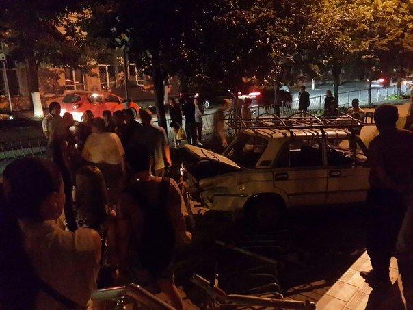 В центре Симферополя водитель «Жигули» протаранил забор и вылетел на тротуар (ФОТО) (фото) - фото 4