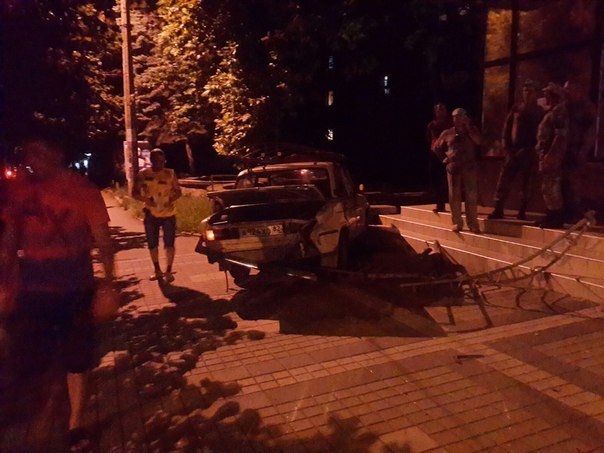 В центре Симферополя водитель «Жигули» протаранил забор и вылетел на тротуар (ФОТО) (фото) - фото 2