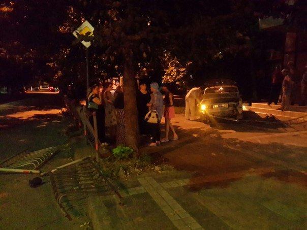 В центре Симферополя водитель «Жигули» протаранил забор и вылетел на тротуар (ФОТО) (фото) - фото 1