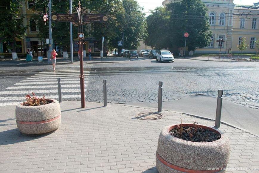 З любителями паркуватись на тротуарі боротимуться стовпчики (фото) - фото 2