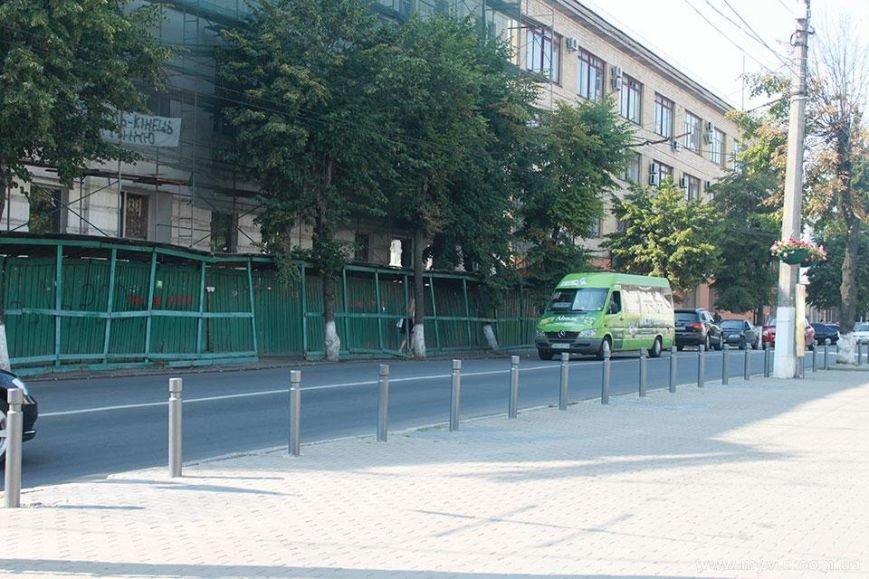 З любителями паркуватись на тротуарі боротимуться стовпчики (фото) - фото 4