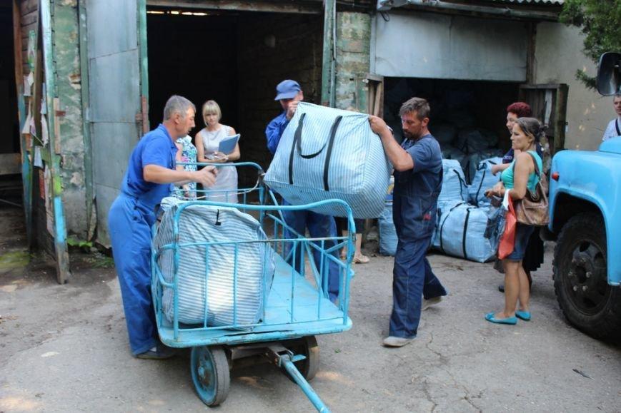 Предпринимателям начали выдавать вывезенное с рынка по ул. Козлова имущество (ФОТО) (фото) - фото 4