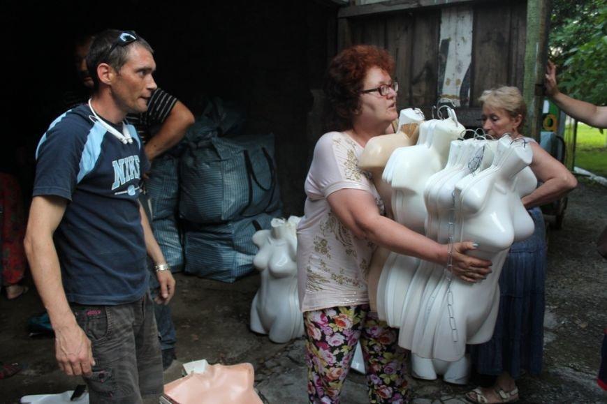 Предпринимателям начали выдавать вывезенное с рынка по ул. Козлова имущество (ФОТО) (фото) - фото 6