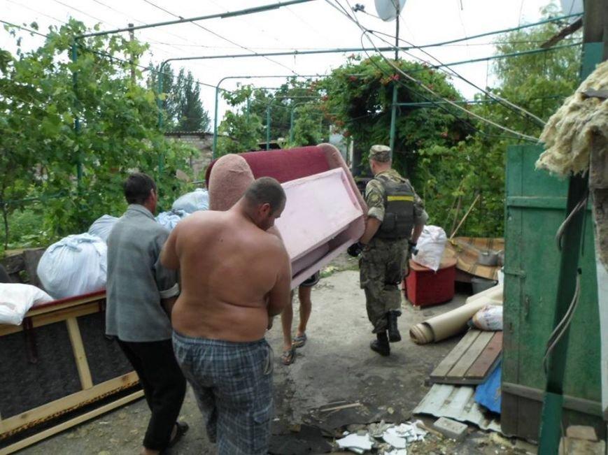 Мариупольские волонтеры эвакуировали из села Бердянское семью вместе с мебелью (ФОТО), фото-1