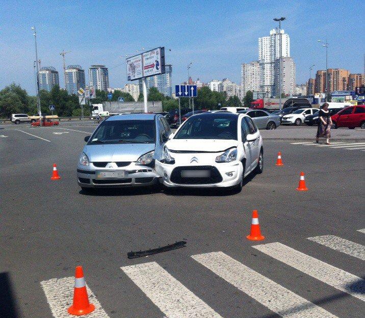 """На Осокорках """"Citroen"""" с ребенком в салоне не пропустил """"Mitsubishi"""" (ФОТО) (фото) - фото 1"""