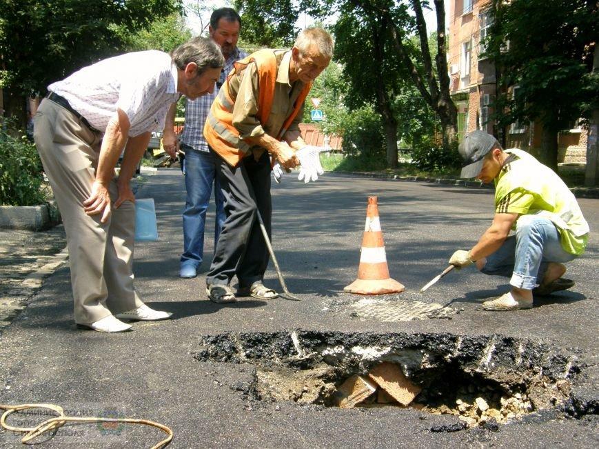 В центре Симферополя образовался 1,5-метровый провал на проезжей части дороги (ФОТО) (фото) - фото 4