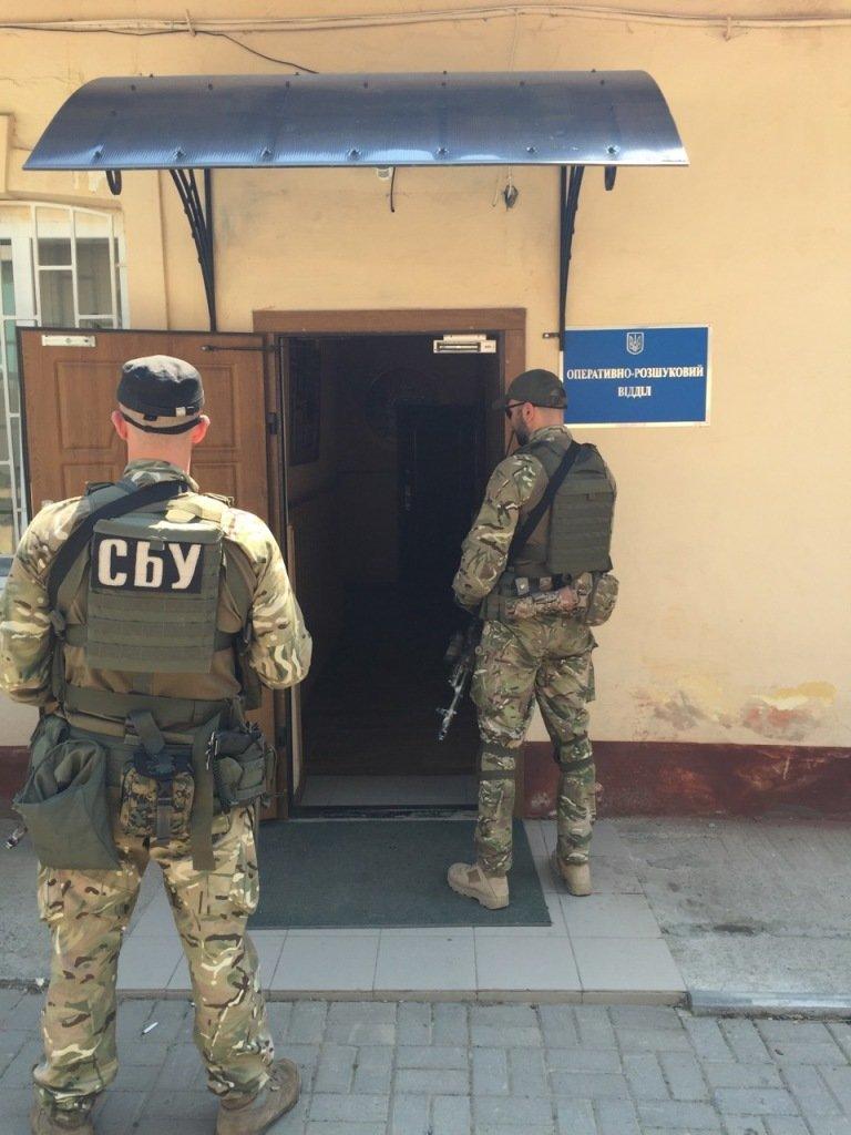 На хабарі  5 тисяч євро зловили заступника начальника Чернівецького прикордонного загону (ФОТО) (фото) - фото 2