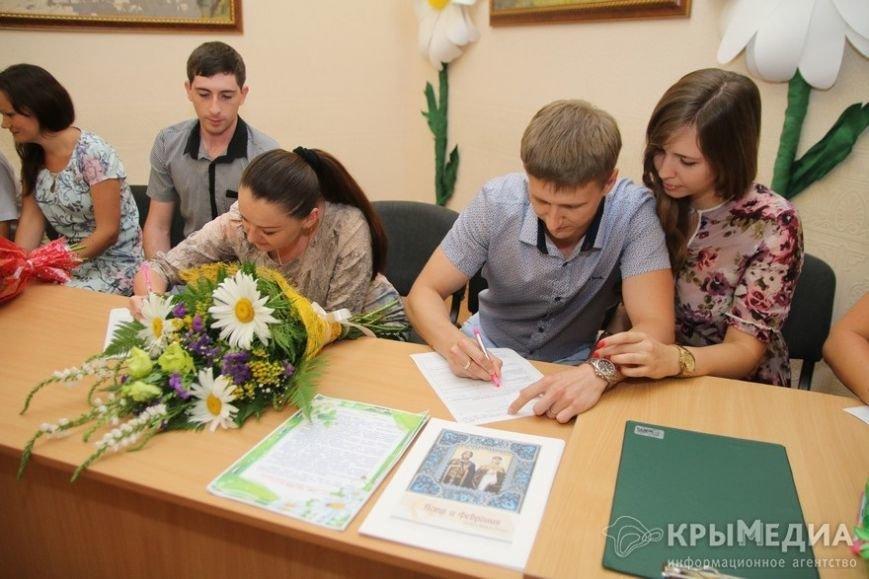 В День семьи, любви и верности в Симферополе одновременно обручились пять пар (ФОТО) (фото) - фото 1