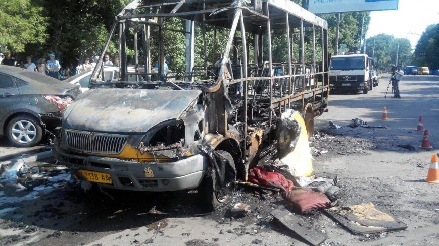 В Сумах дотла сгорела маршрутка. Пострадали еще два авто (ФОТО+ВИДЕО) (фото) - фото 1