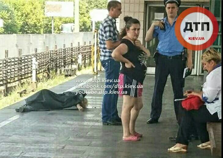 "В Киеве на платформе метро ""Гидропарк"" умер мужчина (ФОТО) (фото) - фото 1"