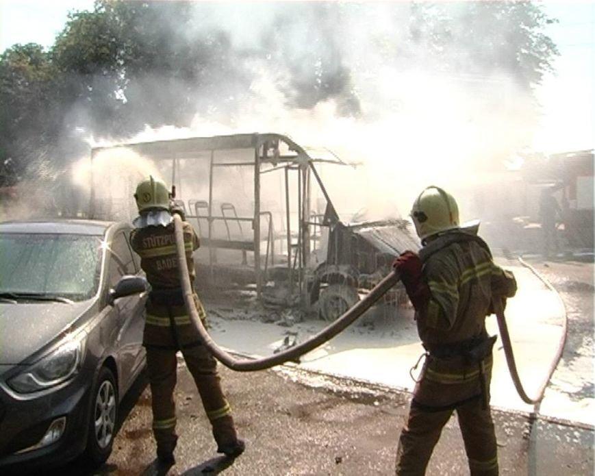 В Сумах згоріла маршрутка (фото) - фото 1