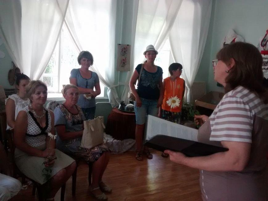 Научный сотрудник музея Марина Стамова ведёт программу