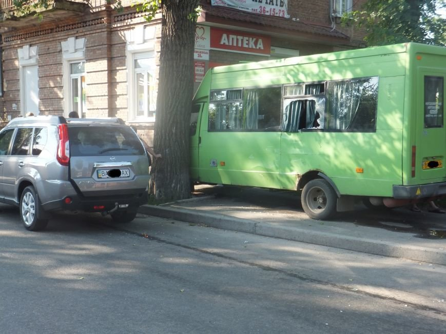 В Кировограде произошло ДТП - маршрутка столкнулась с внедорожником и врезалась в дерево. ФОТО (фото) - фото 1